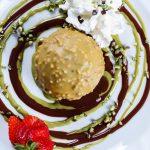 semifreddo bronte gelato alla nocciola ricoperto di pistacchio croccante del ristorante tramonti 2 a parma