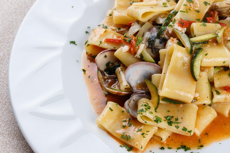 calamarata vongole zucchine e gamberetti del ristorante tramonti a parma