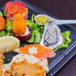 misto di antipasti di pesce con ostrica e tartare