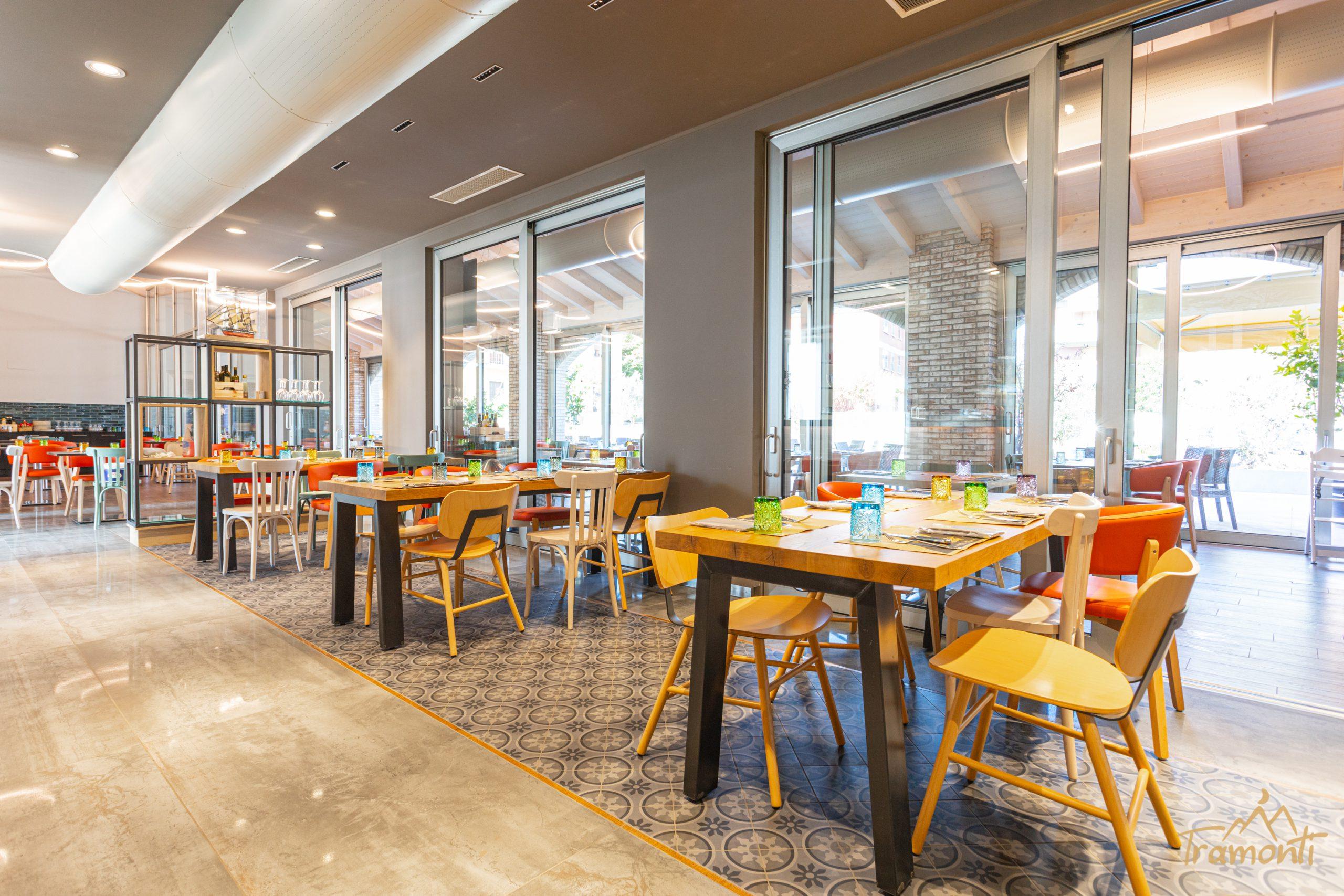 tavoli di legno del ristorante tramonti a parma